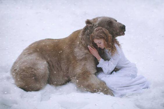 ragazza abbracciata a un orso