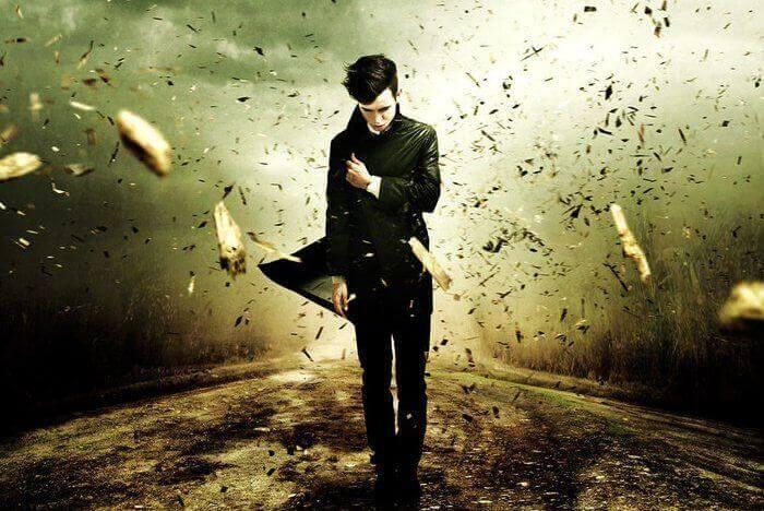 mettersi nei panni altrui uomo cammina e la strada esplode alle sue spalle