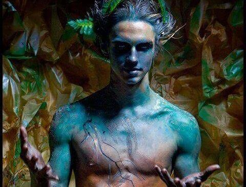 uomo dalla pelle blu
