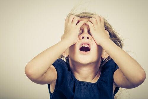 bambino stressato con le mani in testa