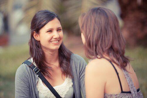ragazze parlano e sorridono