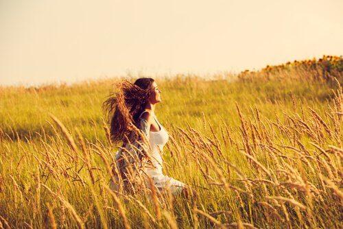 Donna che cammina in un campo