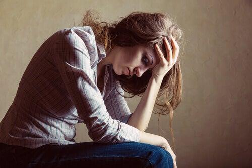 Donna che pensa ai suoi problemi