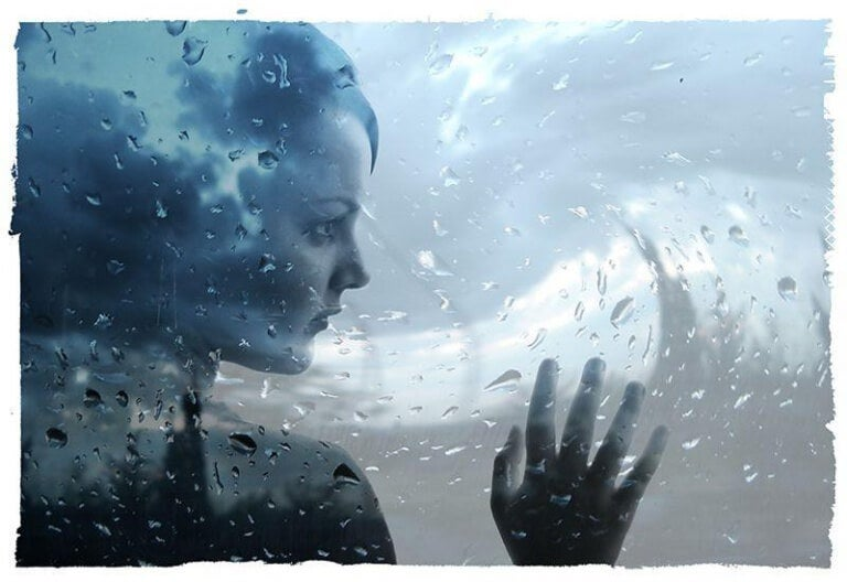 donna dietro a vetro bagnato