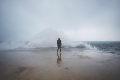 ragazzo difronte a grosse onde