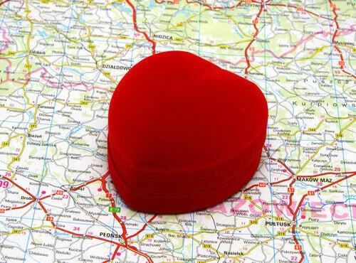 scatolina rossa a forma di cuore su mappa geografica