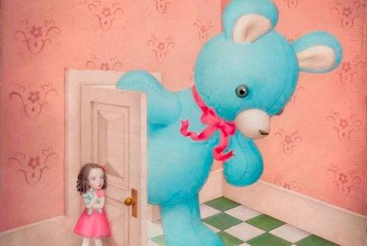 bambina-apre-la-porta-a-orso-gigante