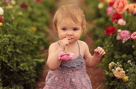 bambina-con-fiori