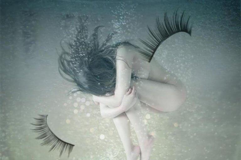 brava persona si abbraccia in acqua con ciglia lacrime