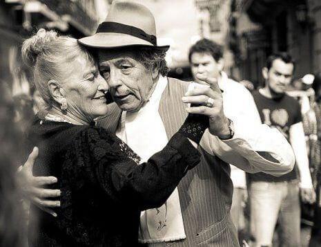 coppia-anziani-ballando