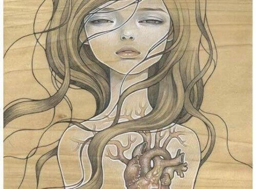 donna con cuore visibile sul petto