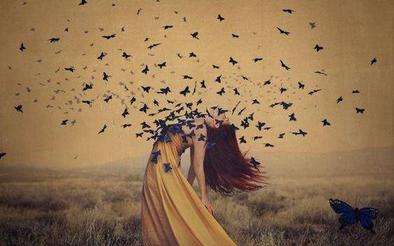 donna-con-farfalle-petto