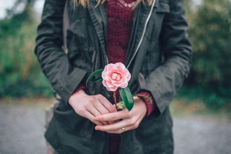 donna-con-fiore-in-mano