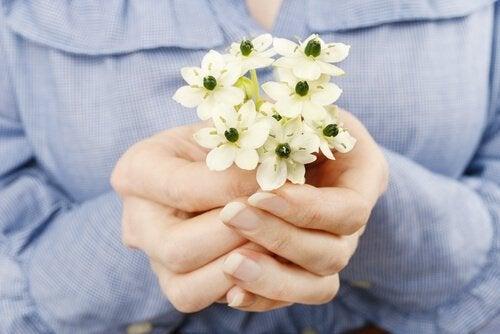 donna con fiori in mano il perdono