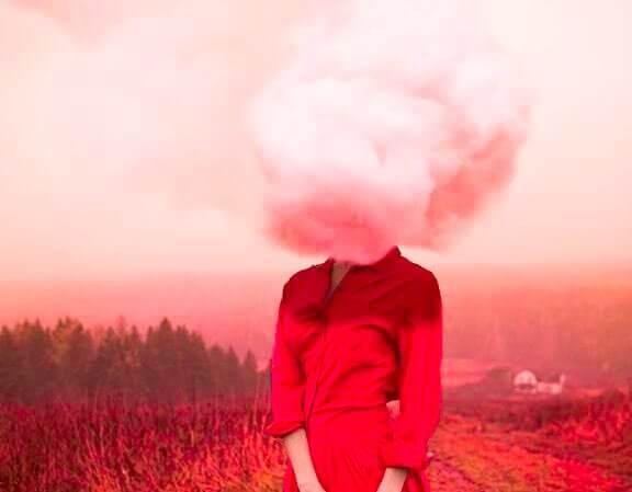 donna-in-rosso-con-nuvola-sulla-testa