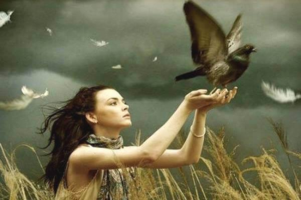 donna-libera-un-uccello