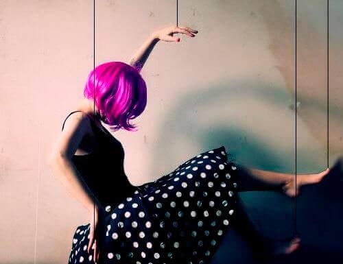 donna-marionetta-parrucca