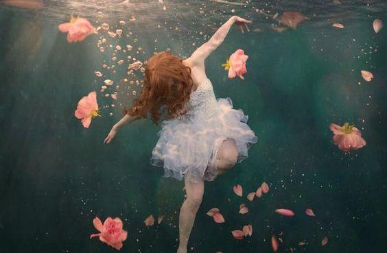 donna sott'acqua con rose fonte della vita