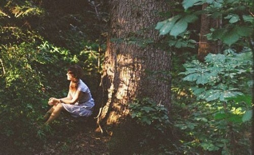 ragazza seduta sotto ad un albero