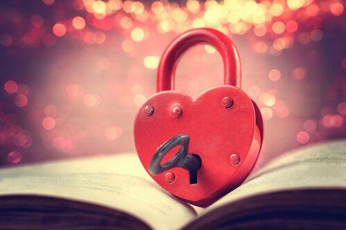 lucchetto a forma di cuore con chiave