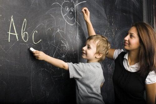 maestra e bambino alla lavagna