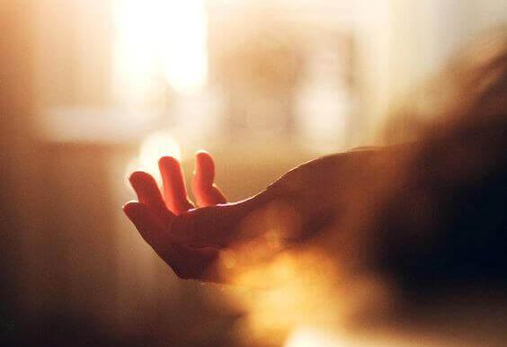 mano alla luce