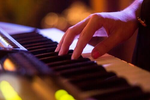 mano su un pianoforte