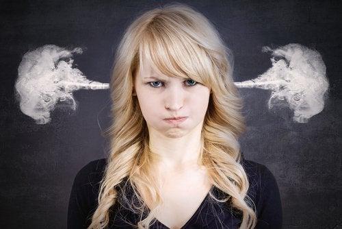 ragazza arrabbiata con fumo che esce dalle orecchie