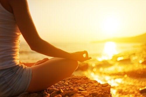 ragazza che medita di fronte il mare