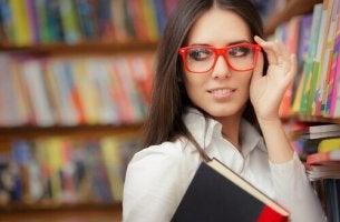 ragazza-con-occhiali persone intelligenti