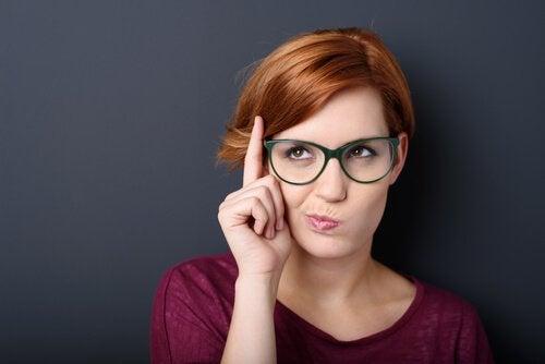 ragazza-intelligente-occhiali
