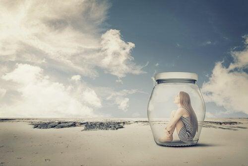 donna rinchiusa in vaso di vetro