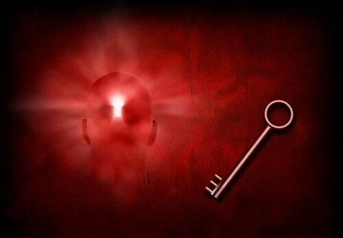 mente illuminata di rosso con serratura e chiave