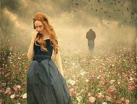 comunicazione assertiva uomo e donna si allontanano in un campo fiorito