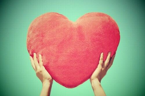 Mani-che-sorreggono-un-cuore