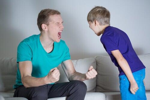 Padre e figlio che urlano