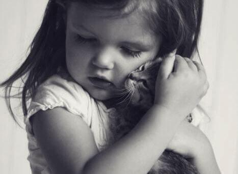 bambina abbraccia gatto