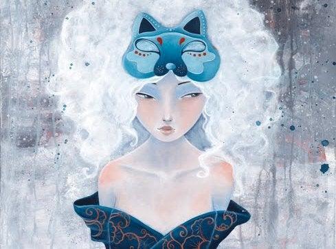 donna-con-maschera-blu-sulla-testa-e-capelli-bianchi-che-patisce-i-paragoni