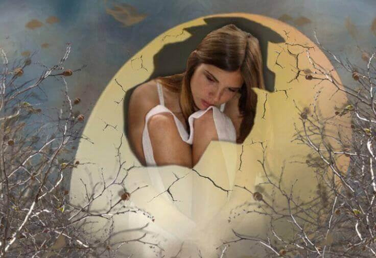 donna dentro un uovo rotto