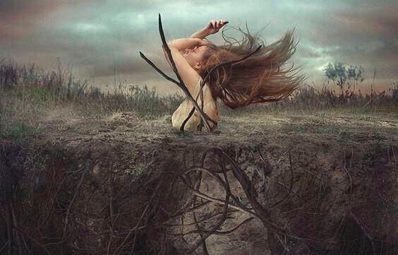 donna-esce-dalla-terra