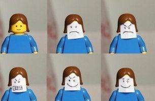 pupazzo lego con diverse emozioni