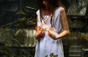 donna con fuoco tra le mani odio e violenza