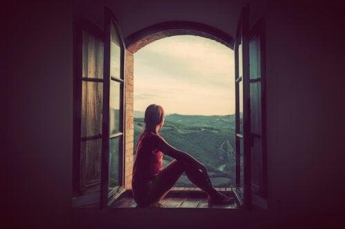 ragazza alla finestra