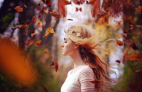 ragazza e foglie che volteggiano