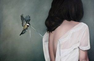 rapporto di coppia tossico uccellino e donna di spalle