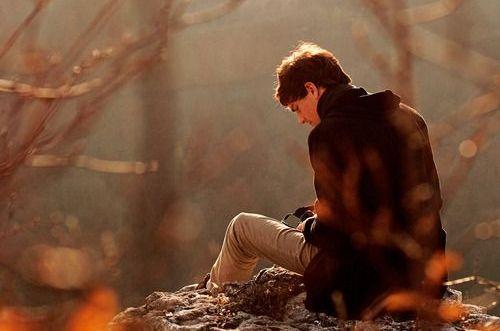 uomo seduto per terra
