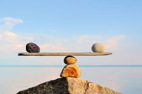 Bilancia con pietre e legno