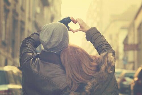 coppia che forma un cuore con le mani