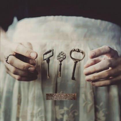 mani di donna e chiavi