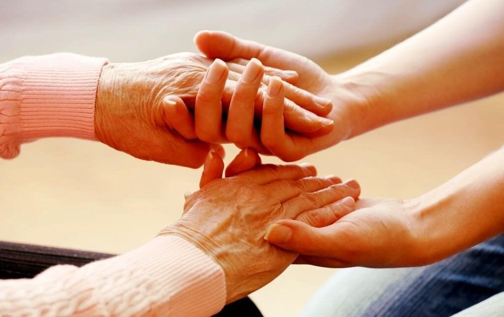 Assistenti familiari: un atto di amore non sempre riconosciuto